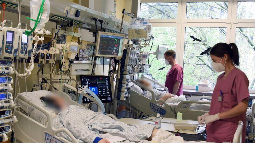 Intensivstation: am Bett eines Patienten (Symbolbild)