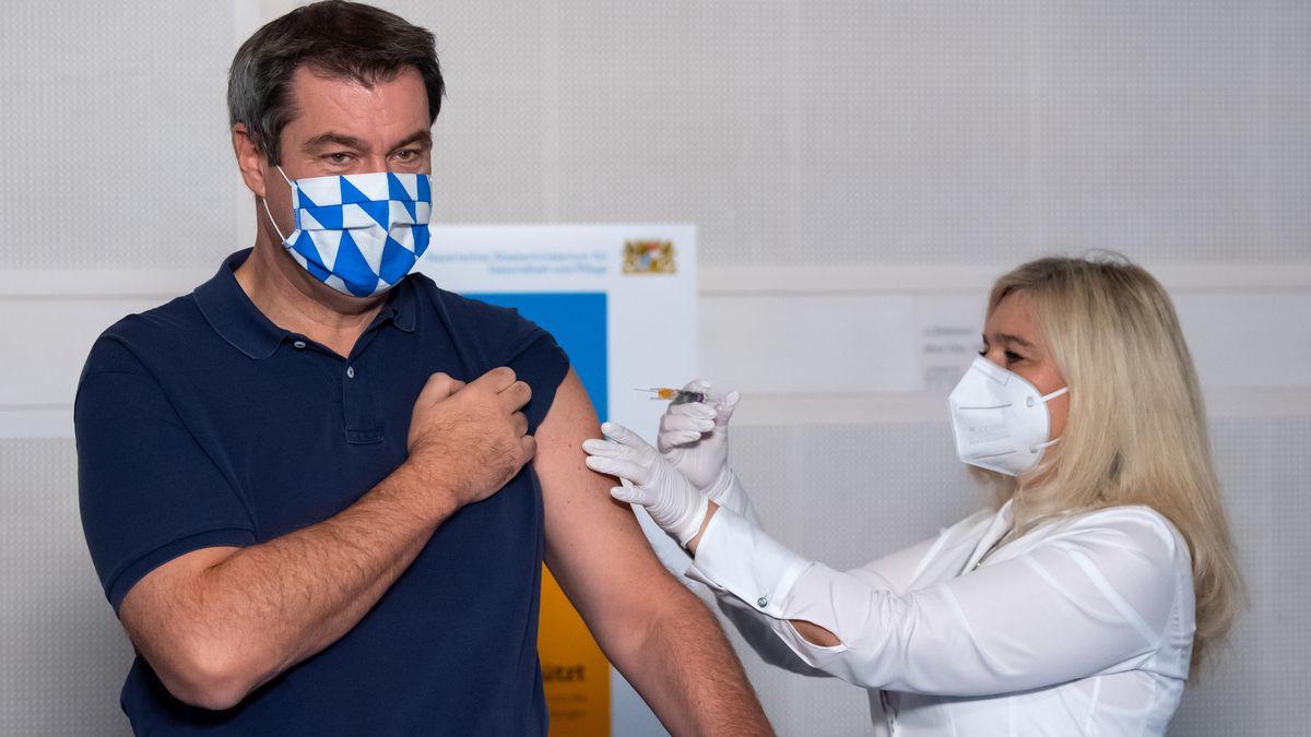 Markus Söder lässt sich vor Beginn einer Kabinettssitzung von Gesundheitsministerin Melanie Huml  gegen die Grippe impfen.
