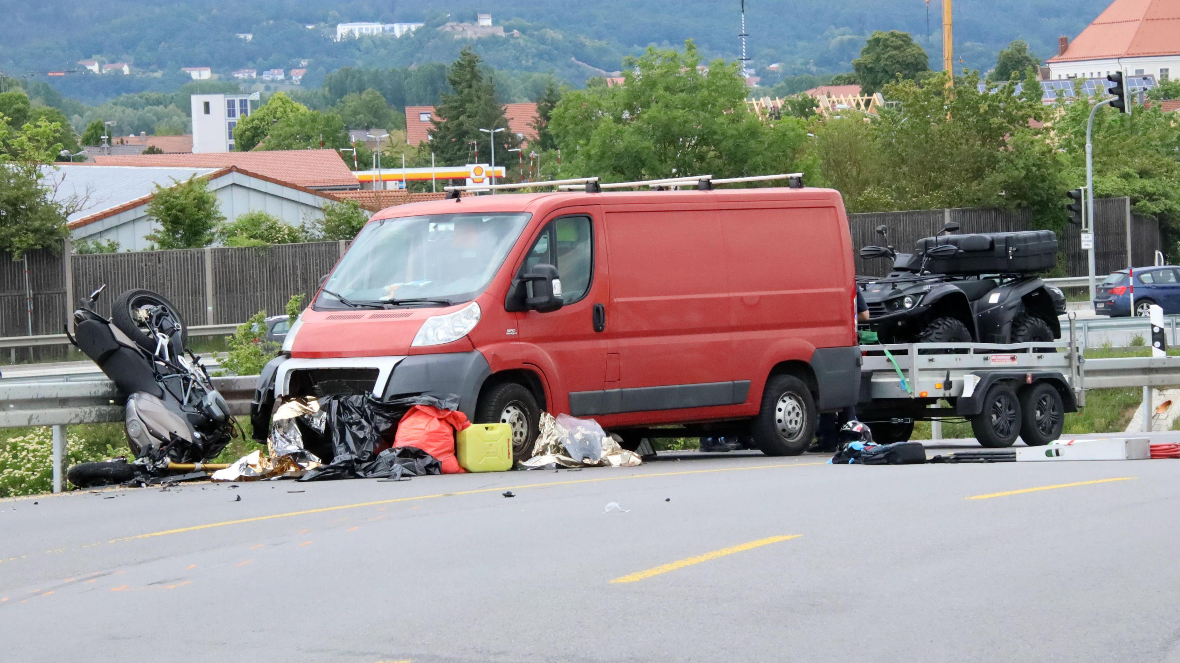 Vater und Sohn sind bei einem Verkehrsunfall bei Neutraubling gestorben.