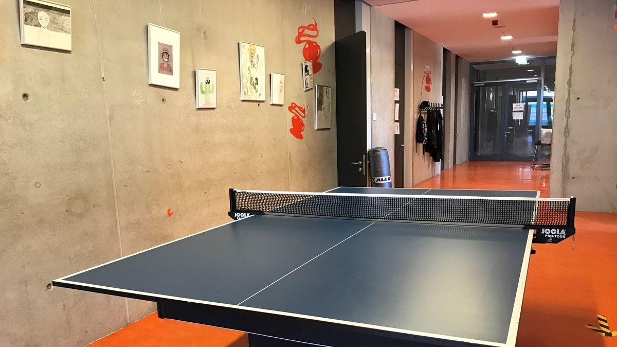 Tischtennisplatte im leeren Flur des Jugendzentrums Kosmos