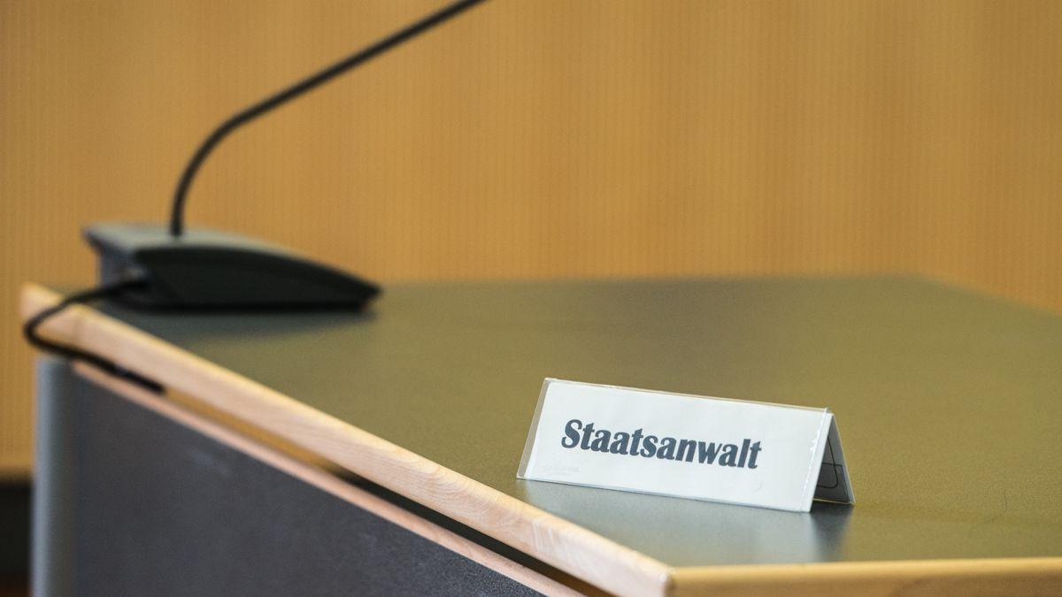 """Ein Schild mit der Aufschrift """"Staatsanwalt"""" steht auf einem Tisch in einem Gerichtssaal im Regensburger Landgericht."""