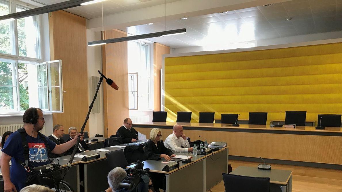 Im Regensburger Gerichtssaal, kurz vor der Urteilsverkündung