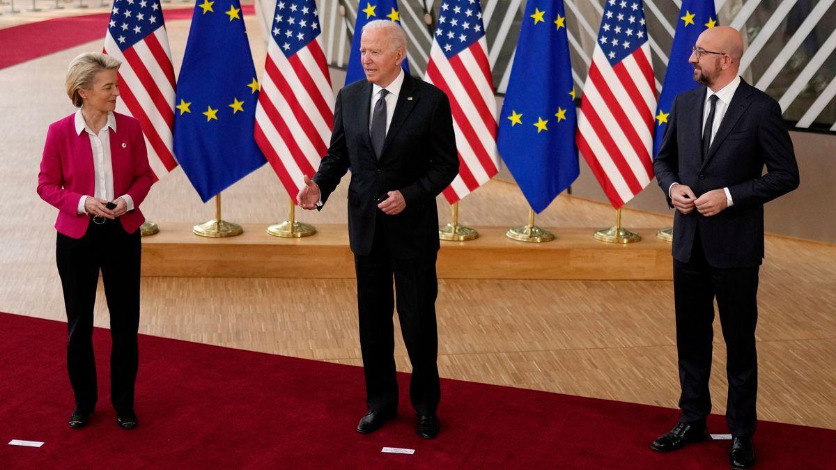 EU-Kommissionschefin von der Leyen, US-Präsident Biden und EU-Ratspräsident Michel vor dem EU-USA-Gipfel im Gebäude des Europäischen Rates.