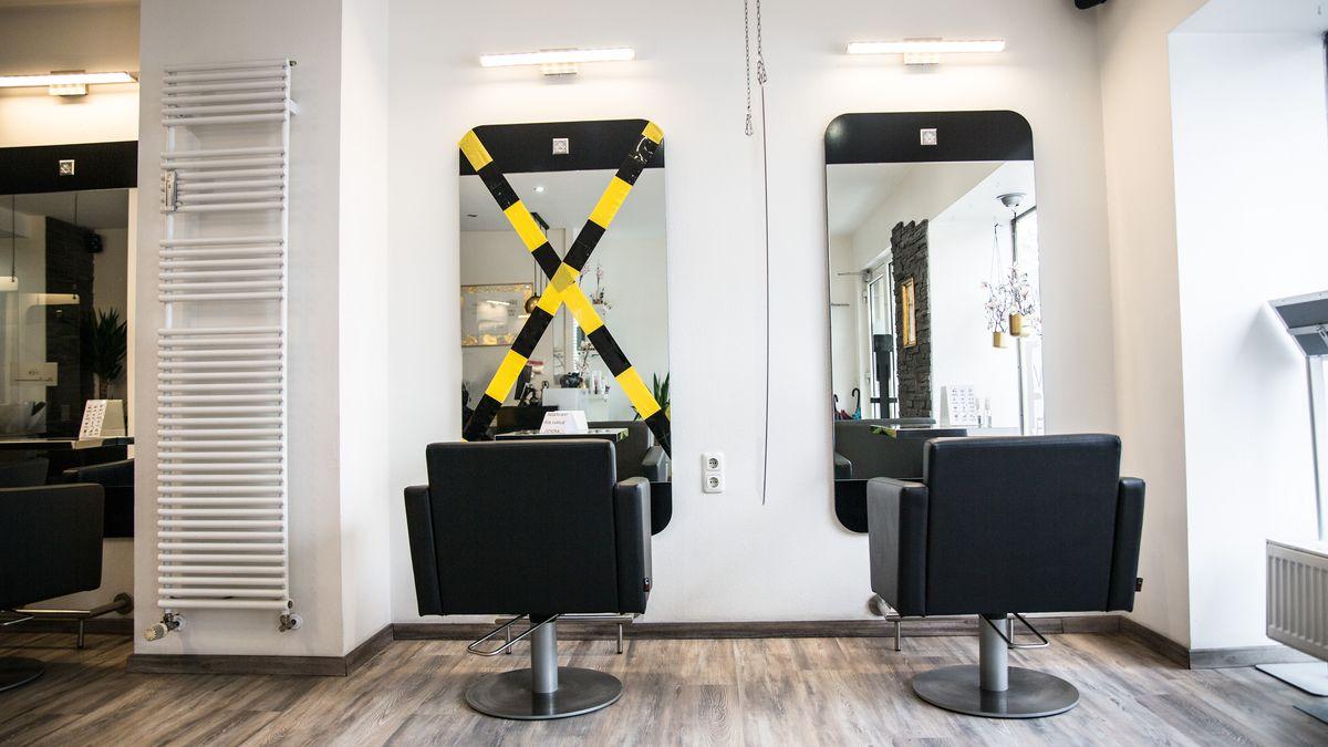 Innenansicht eines Friseursalons mit einem abgesperrten Platz neben dem Platz für einen Kunden