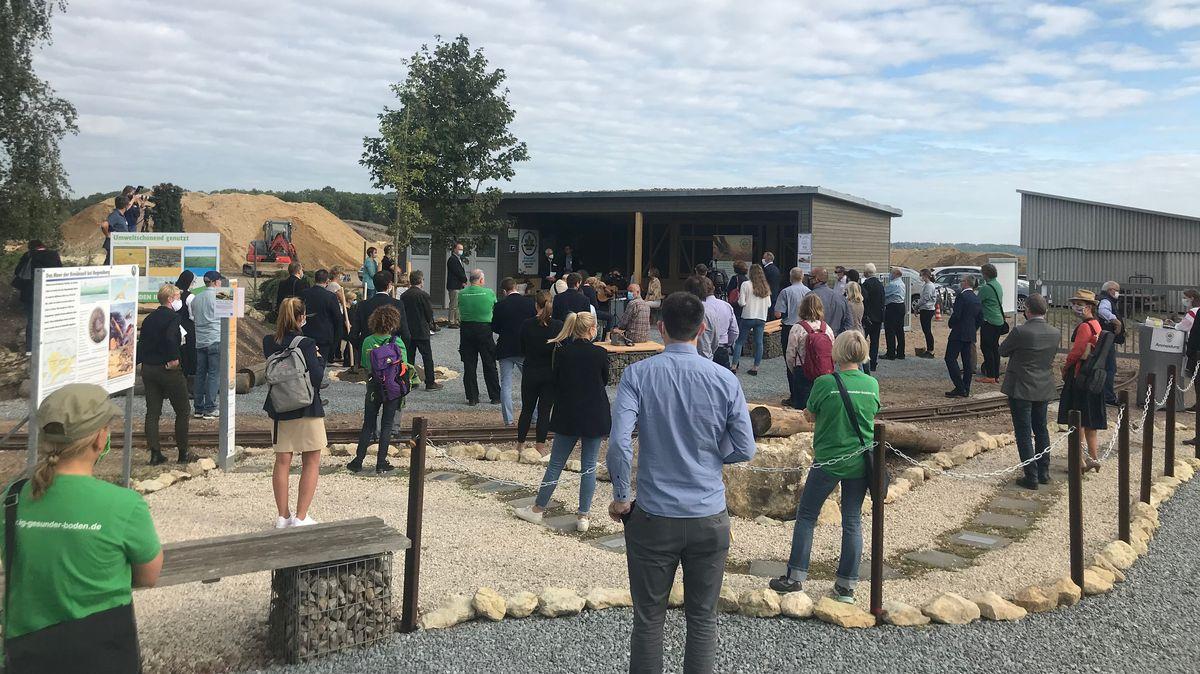 Viele Menschen bei der Eröffnung des Bodenlehrpfads in Regensburg.