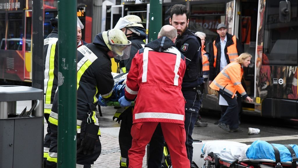 Einsatzkräfte versorgen Verletzte, nachdem eine Seniorin an einer Straßenbahn-Haltestelle in eine Menschenmenge gefahren war. Elf Menschen seien verletzt worden, drei von ihnen schwebten in Lebensgefahr, sagte eine Polizeisprecherin.