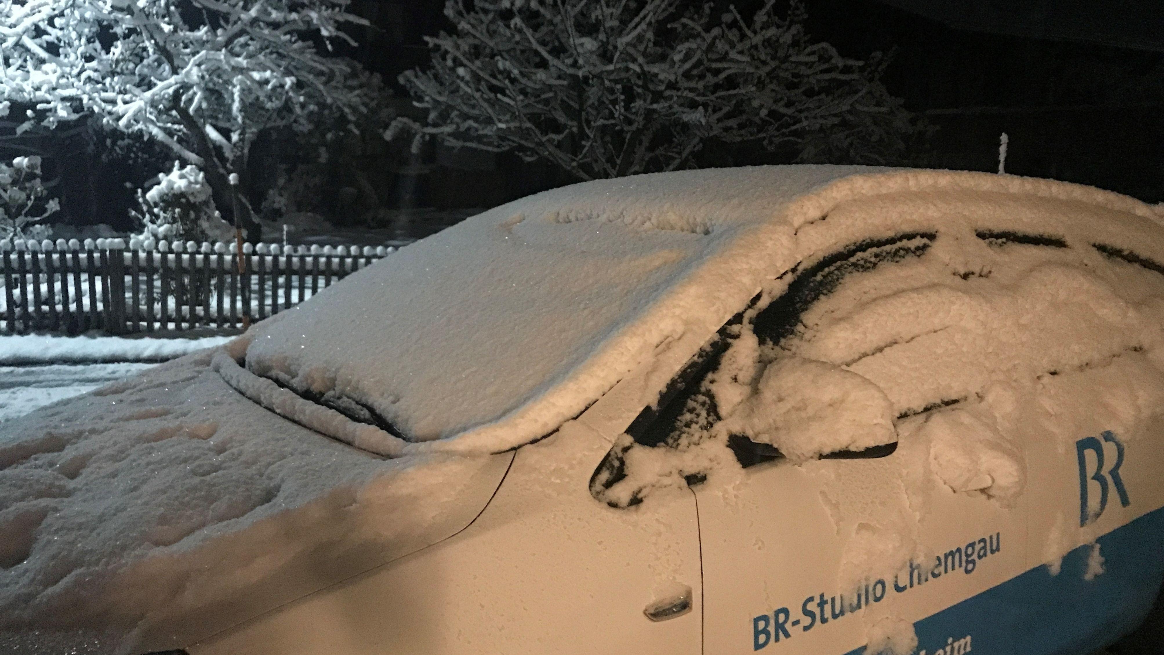 Der schneebedeckte Dienstwagen unserer Chiemgau-Korrespondenten