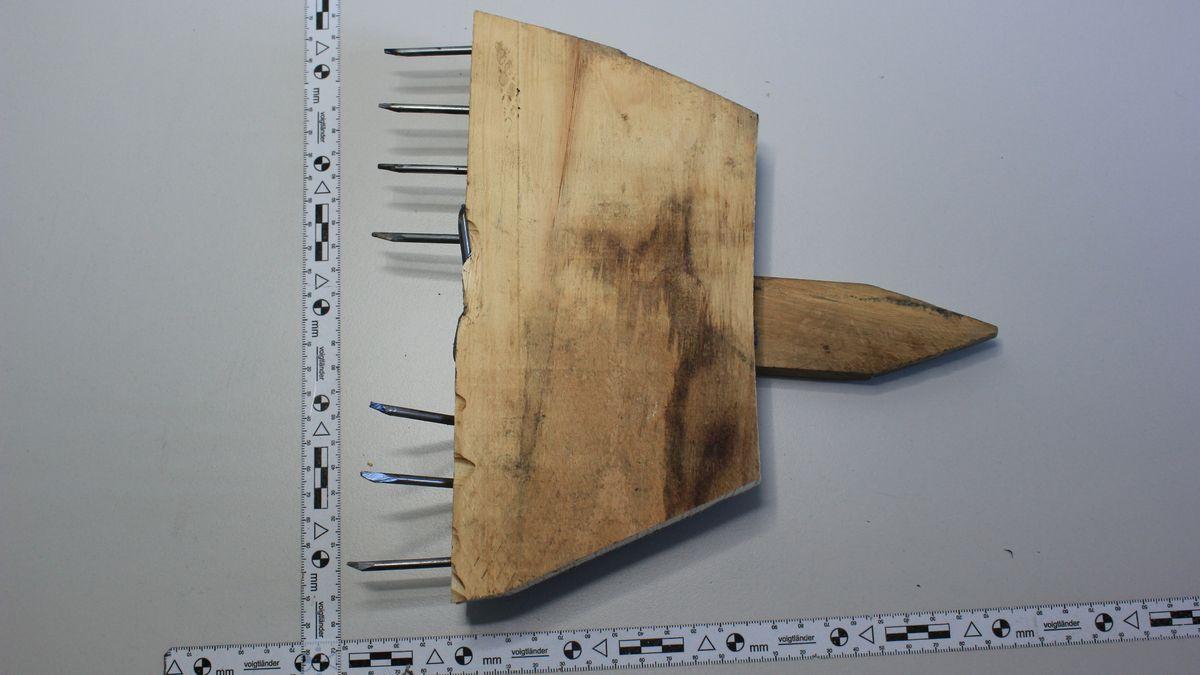 Bei Schöngeising haben Unbekannte mehrere Trampelpfade mit Nagelbrettern präpariert.