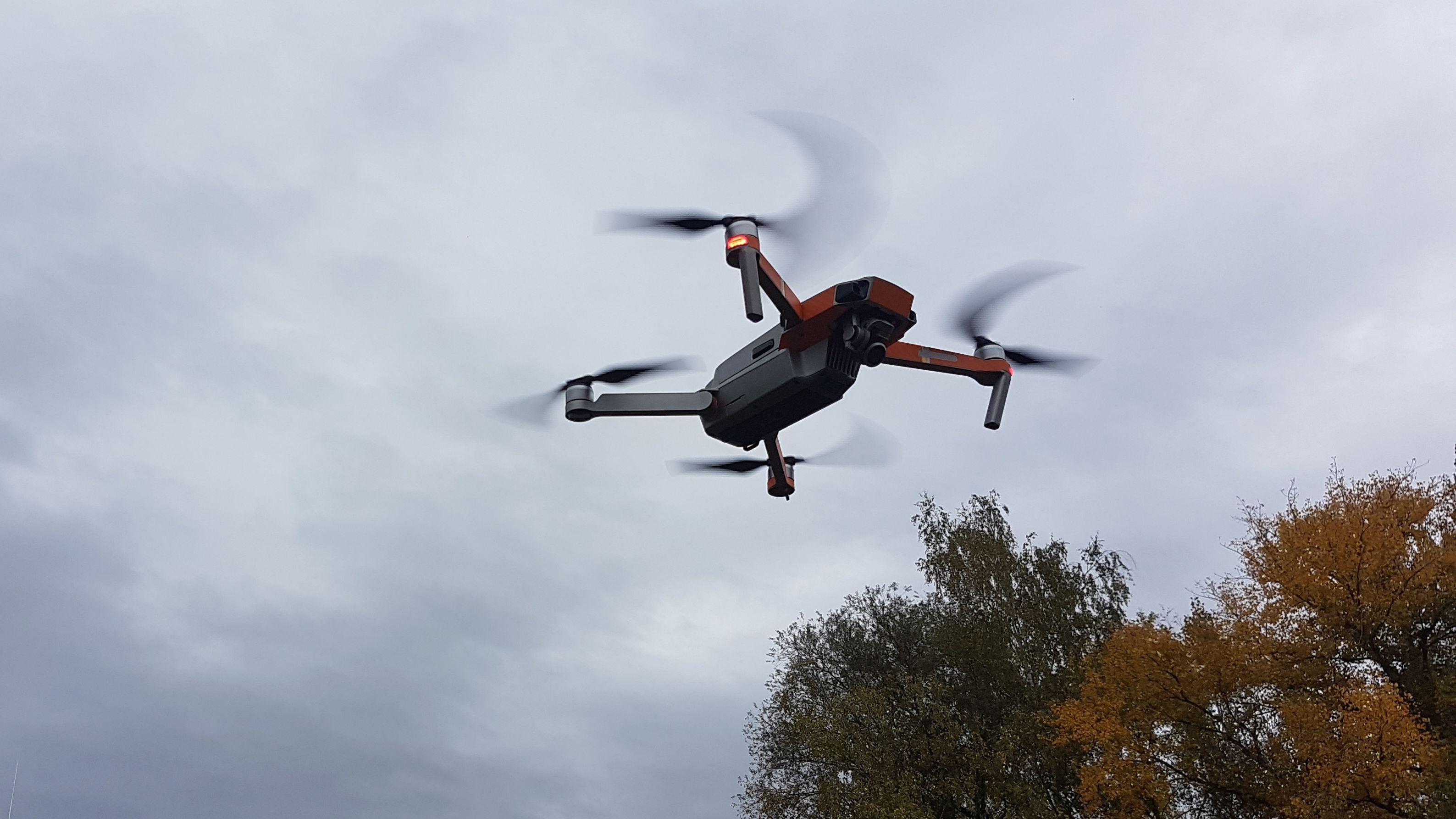 Eine Drohne schwebt am Himmel.