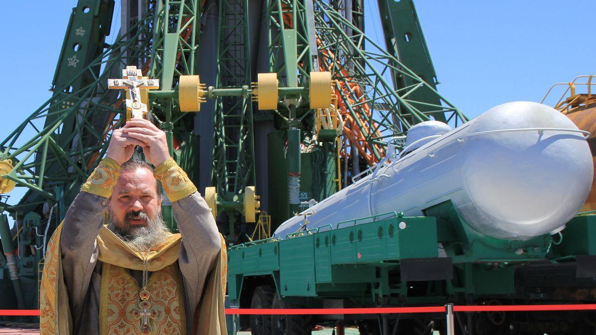Ein orthodoxer Priester segnet die Sojus FG Rakete an der Startrampe (2018)