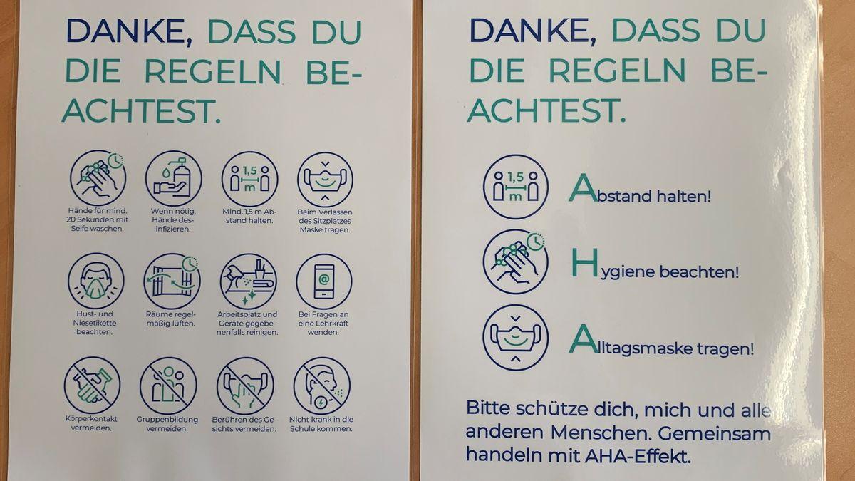 Plakate mit Hygieneregeln hängen überall im Schulhaus. Abstand halten, Hygiene beachten und Alltagsmaske tragen.