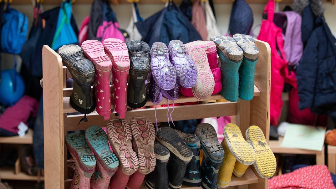 Kinderbekleidung und Stiefel in einer Kindertagesstätte