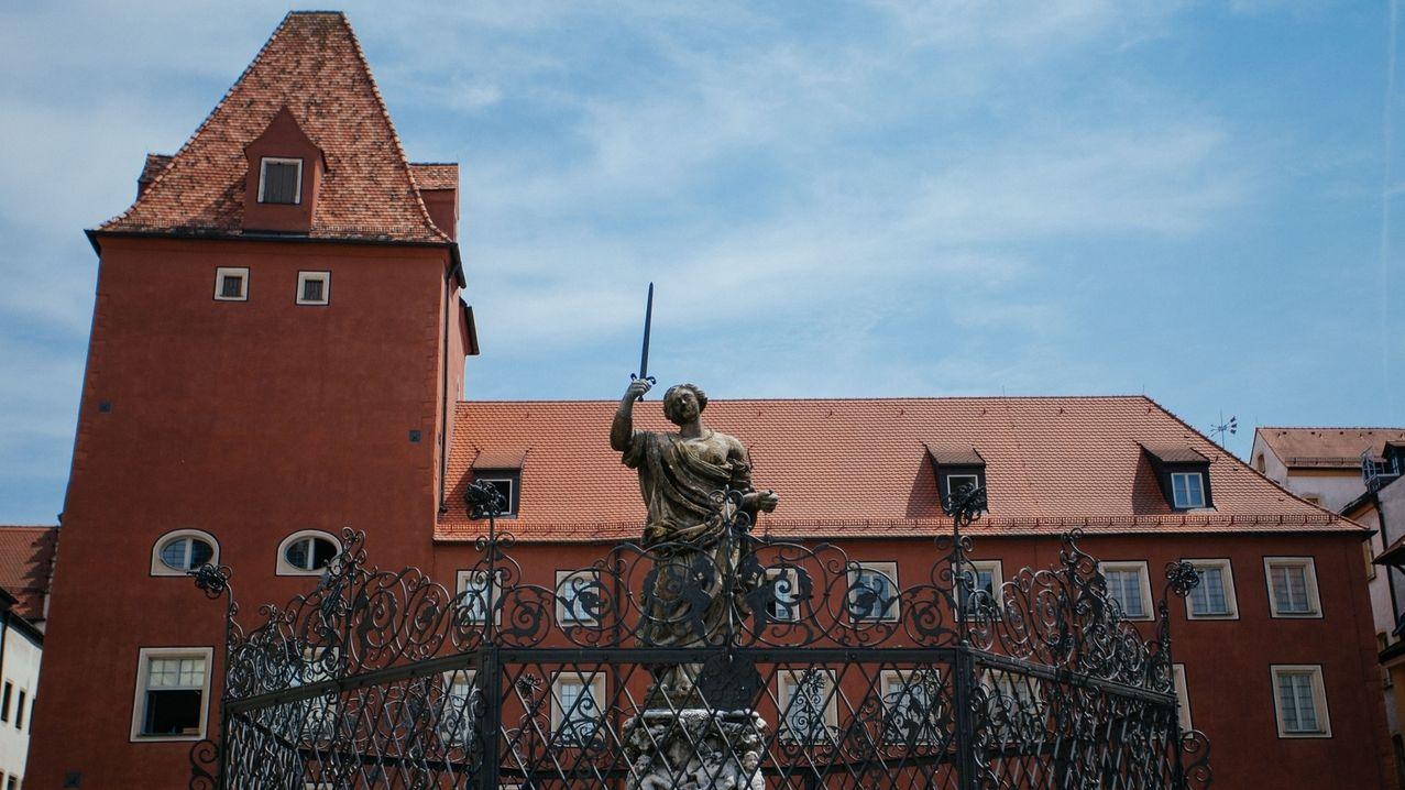 Justitia-Brunnen vor dem Regensburger Verwaltungsgericht