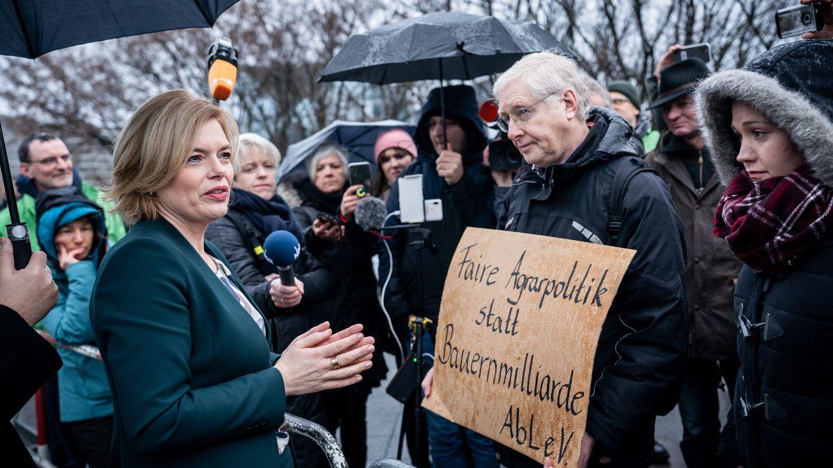 """Landwirtschaftsministerin Julia Klöckner (CDU), spricht mit Aktivisten der """"Arbeitsgemeinschaft bäuerliche Landwirtschaft""""."""