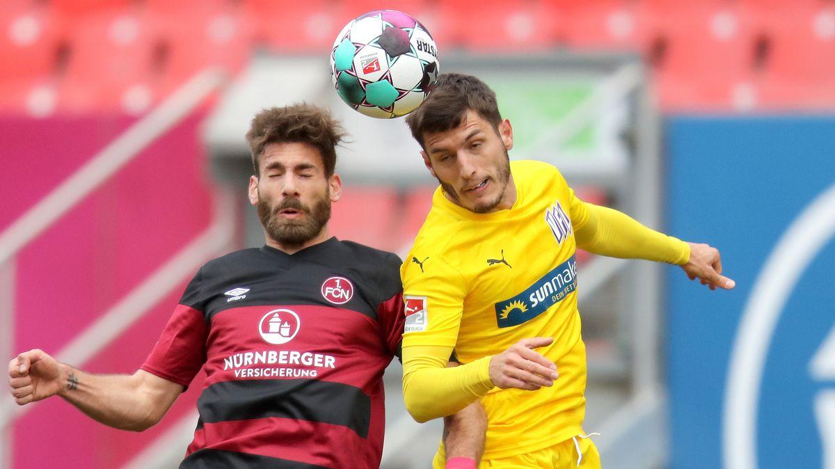 Kopfballduell in der Partie Nürnberg gegen Osnabrück