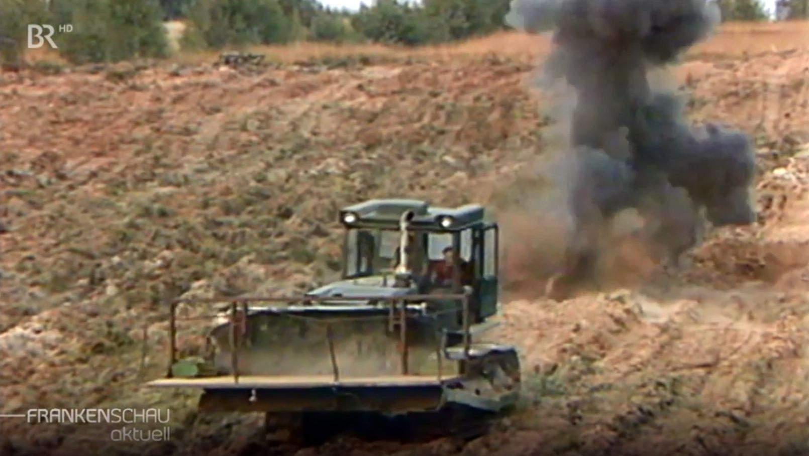 Ein Bagger fährt über ein Minenfeld an der DDR-Grenze