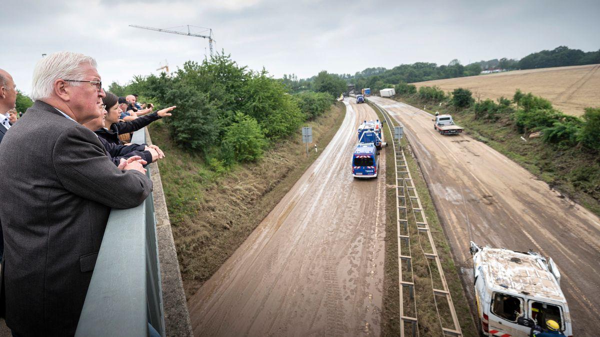 """""""Die Unterstützungsbereitschaft muss anhalten"""", sagte Bundespräsident Steinmeier bei einem Besuch im Hochwassergebiet in NRW."""