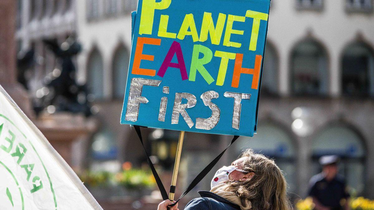 Schild bei einer FFF-Demo in München (Archivbild).