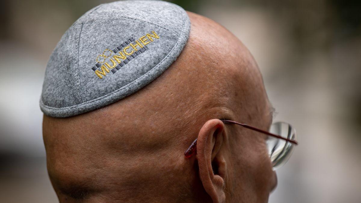 """Terry Swartzberg trägt eine von ihm entworfene Kippa mit dem Schriftzug """"München"""" auf seinem Kopf."""