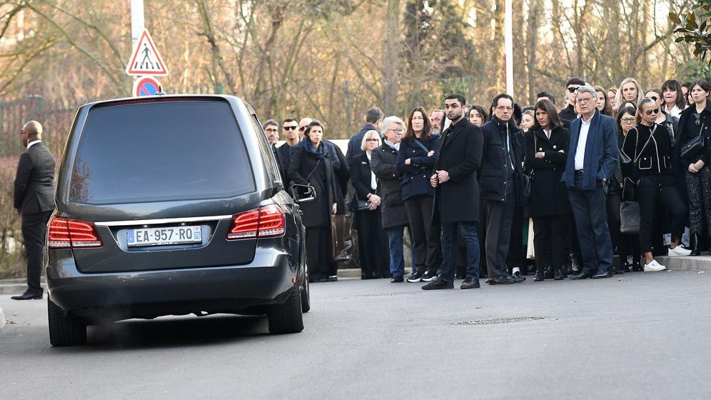 Der Wagen mit dem Leichnam von Karl Lagerfeld fährt in Nanterre vor | Bild:pa / dpa / ABACA