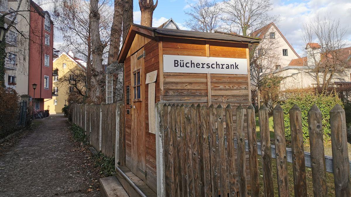 Den wohl idyllischsten Bücherschrank München gibt es in der Au.