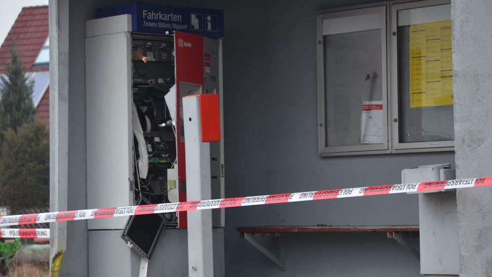 Der gesprengte Fahrkartenautomat im Wartehäuschen am Bahnsteig in Petersaurach   Bild:BR-Studio Franken/Gerhard Kockert