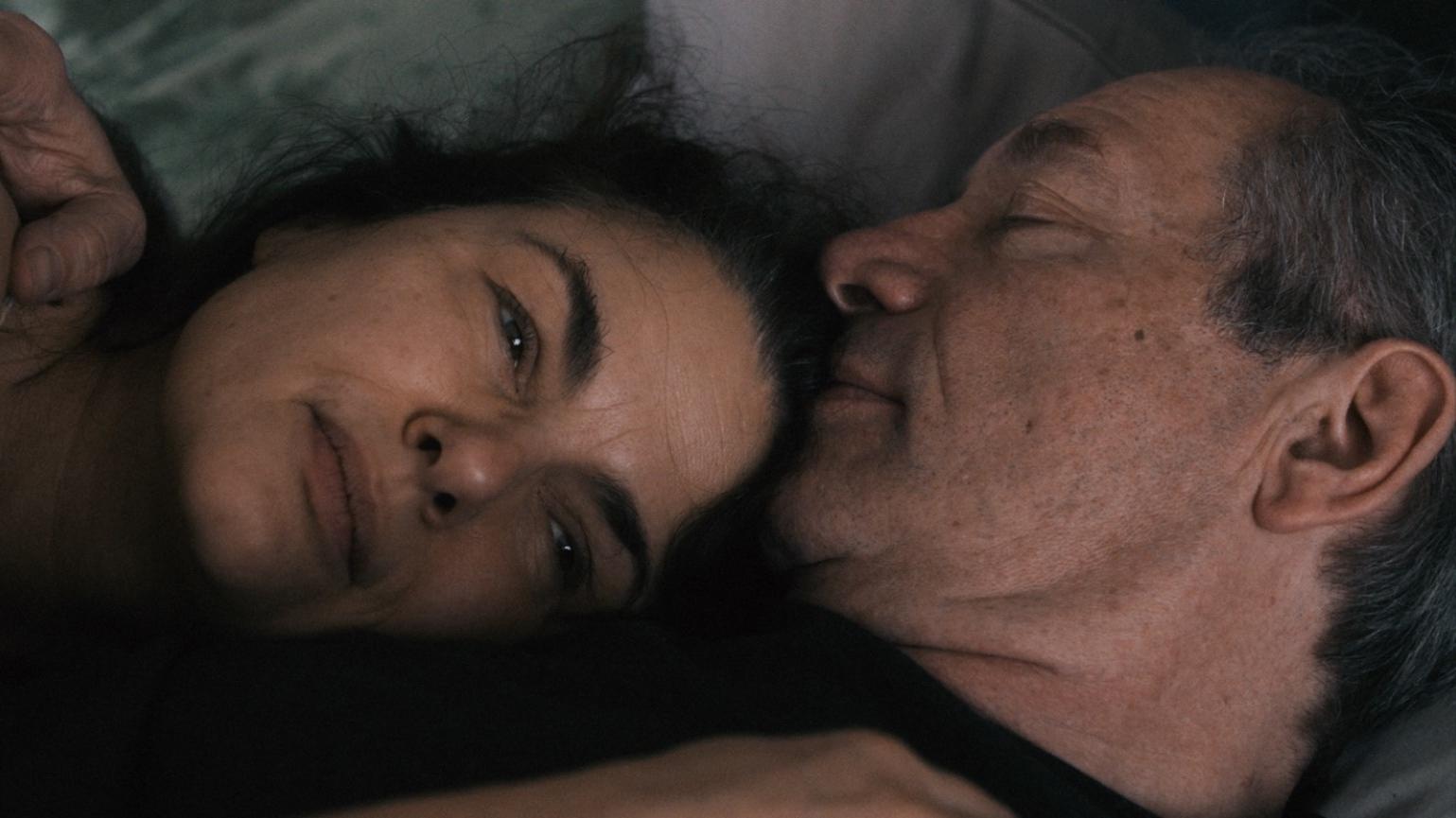 """Schauspielerin Barbara Auer liegt mit einem Mann im Bett (Szene aus dem Film """"Vakuum"""")"""