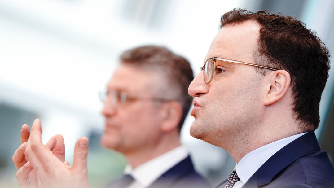 Jens Spahn (CDU), Bundesminister für Gesundheit (re.), und Lothar Wieler, Präsident des Robert-Koch-Instituts, während einer Pressekonferenz (Archivbild).