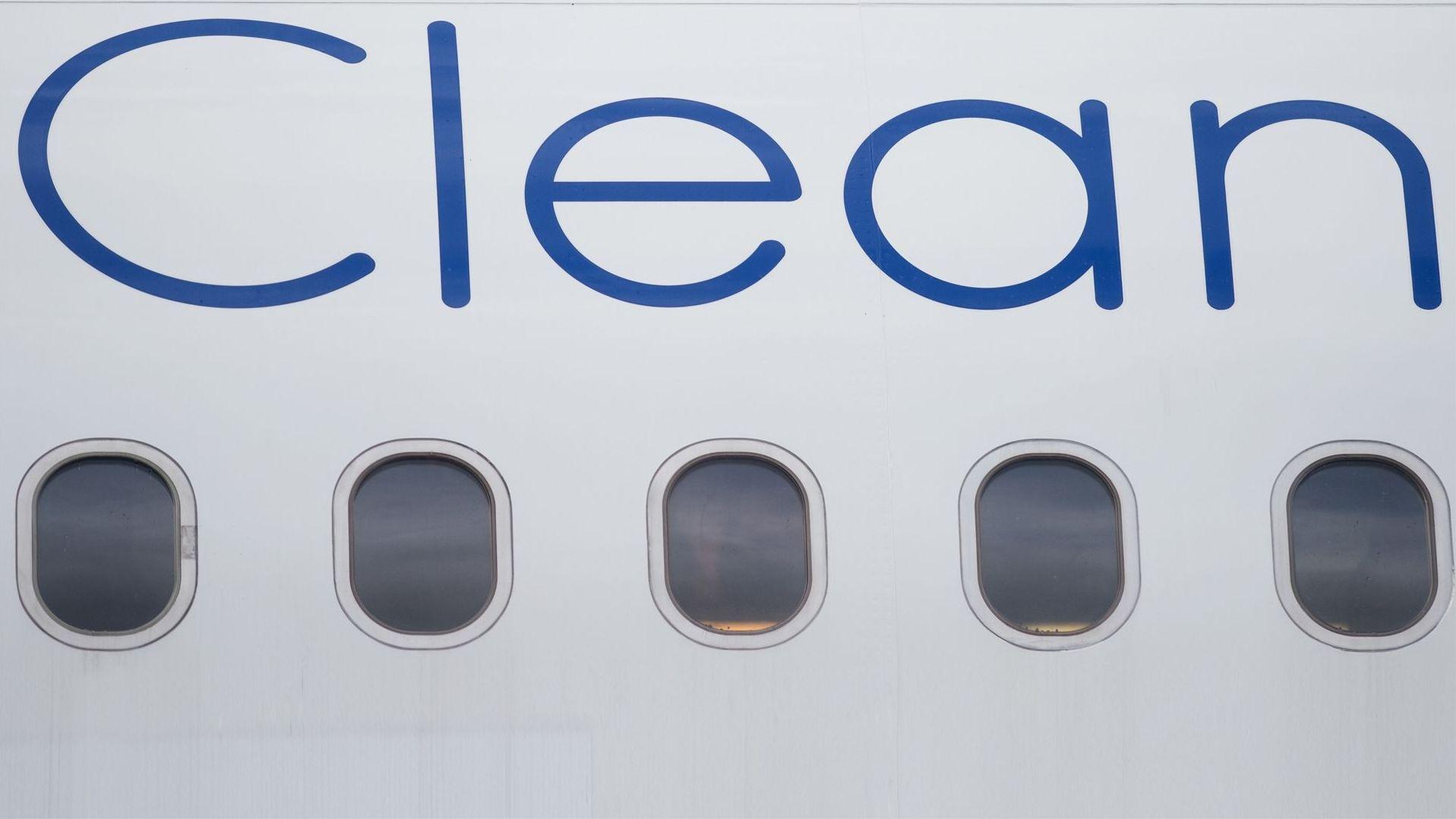 """Flugzeug mit der Aufschrift """"Clean""""."""