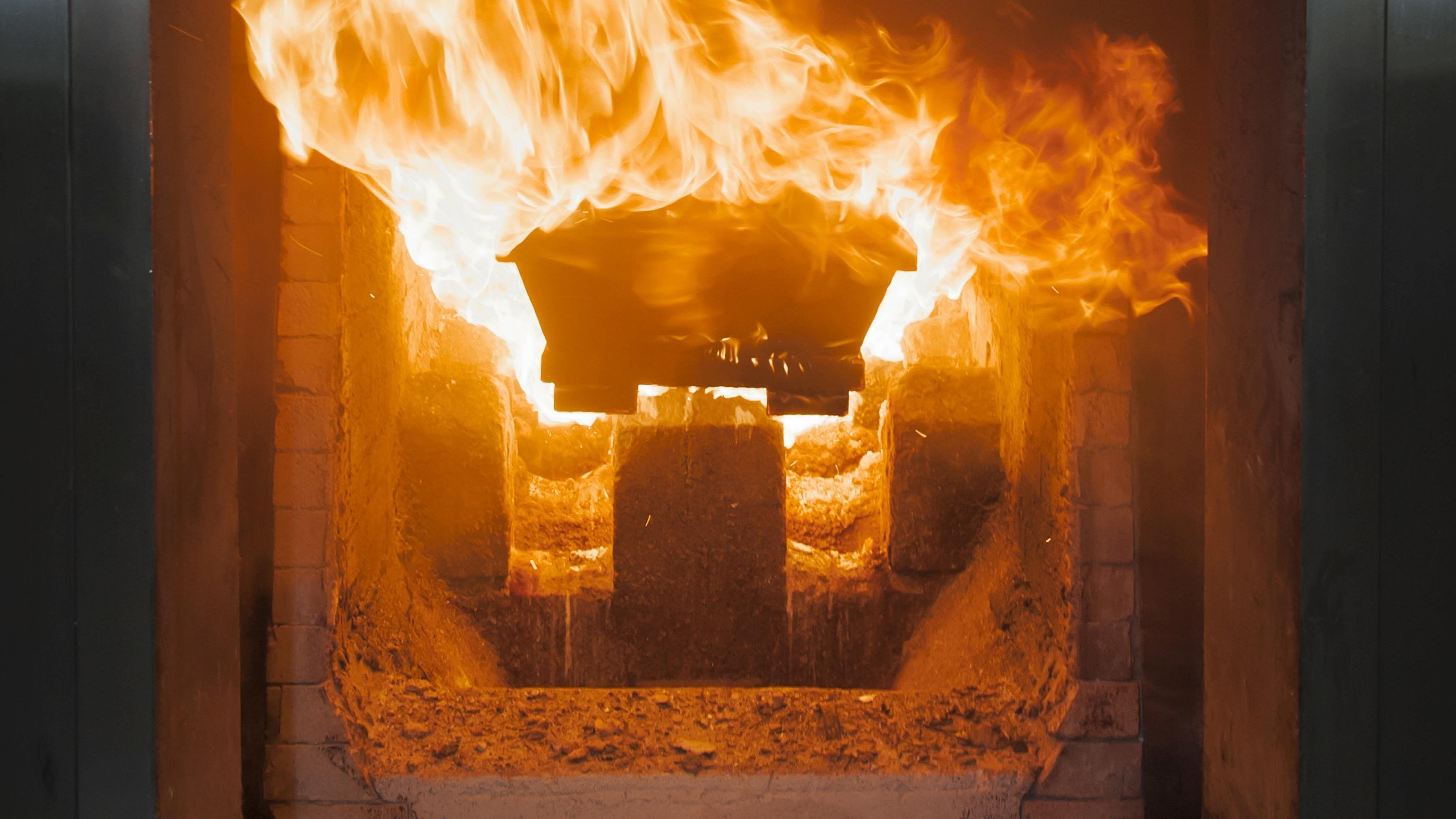 Symbolbild: Ein Sarg wird im Verbrennungsofen eines Krematoriums in Nordrhein-Westfalen eingeäschert.