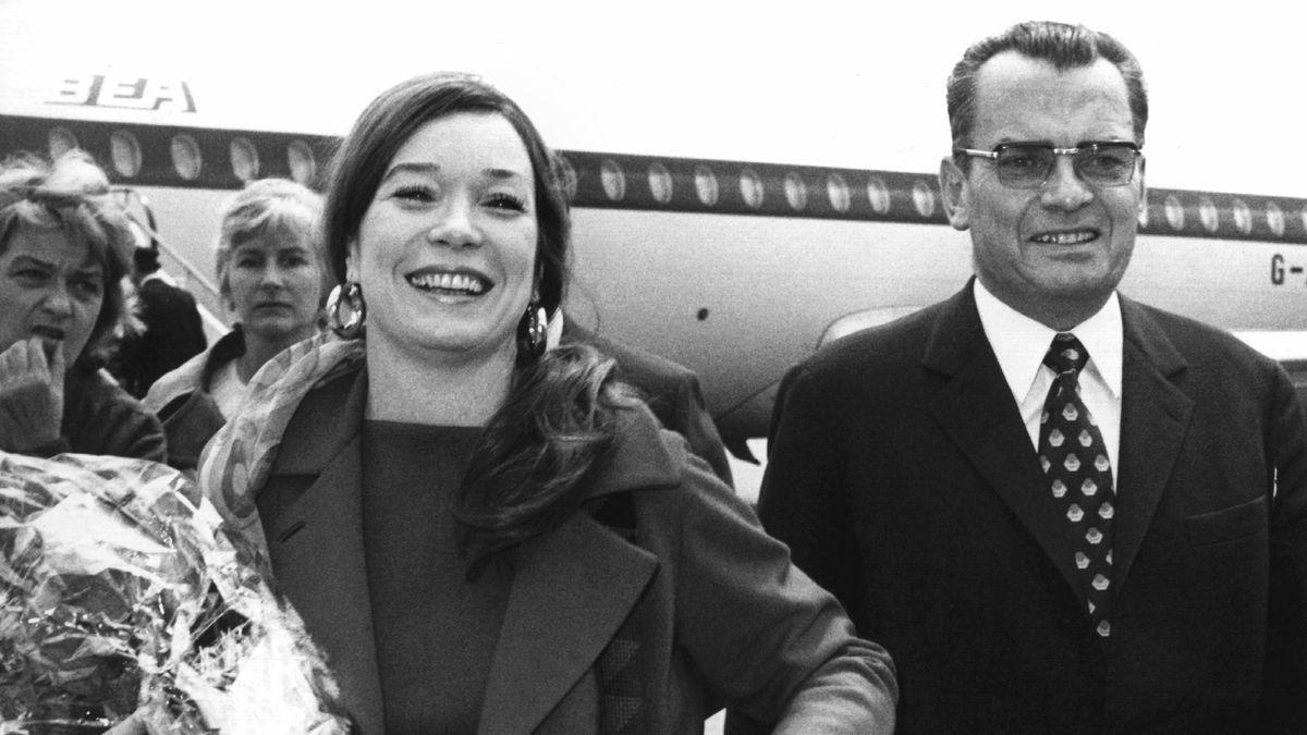 Schauspielerin Shirley MacLaine wird vom Berlinale-Leiter Alfred Bauer in Tempelhof abgeholt