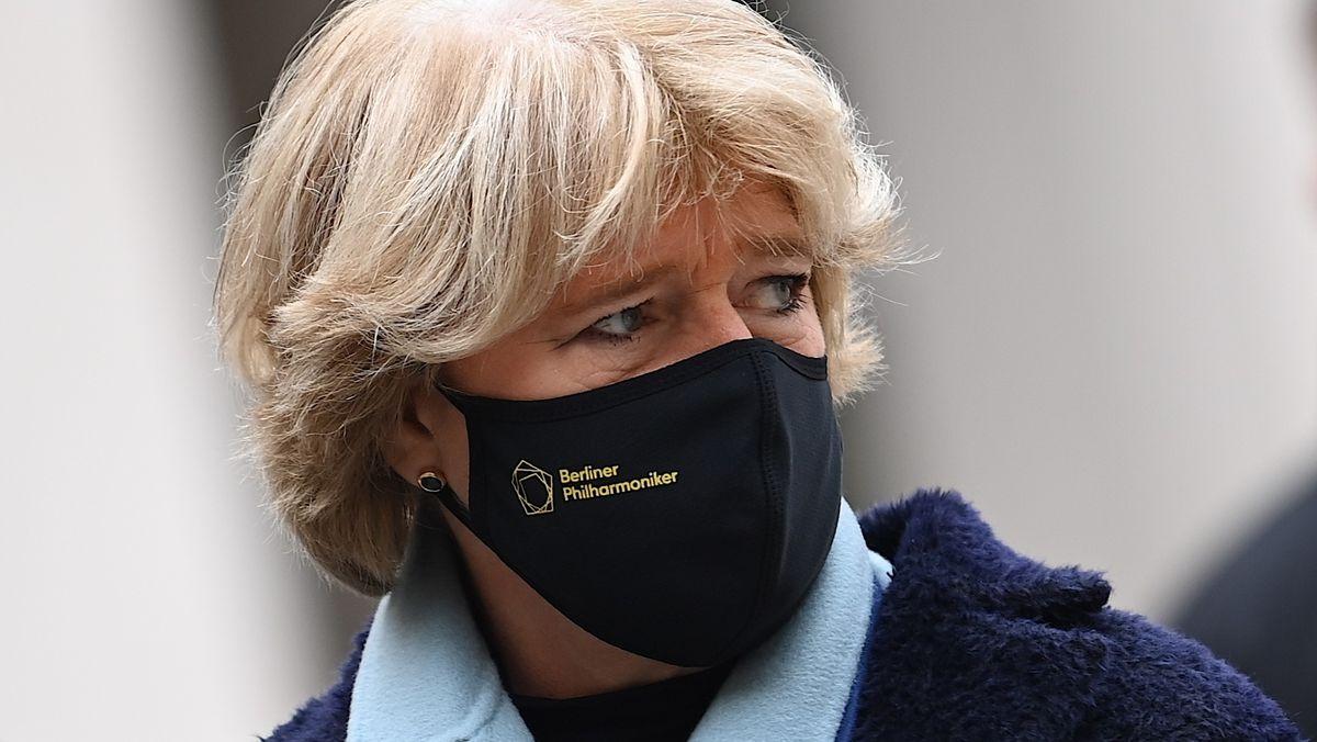 Kulturstaatsministerin Monika Grütters mit Mundschutz