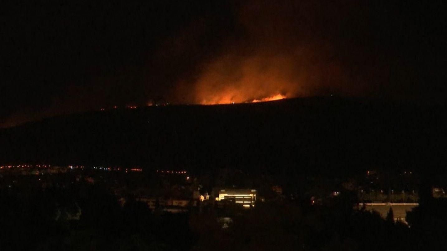 In einem Vorort von Athen ist in der Nacht ein großes Feuer ausgebrochen.
