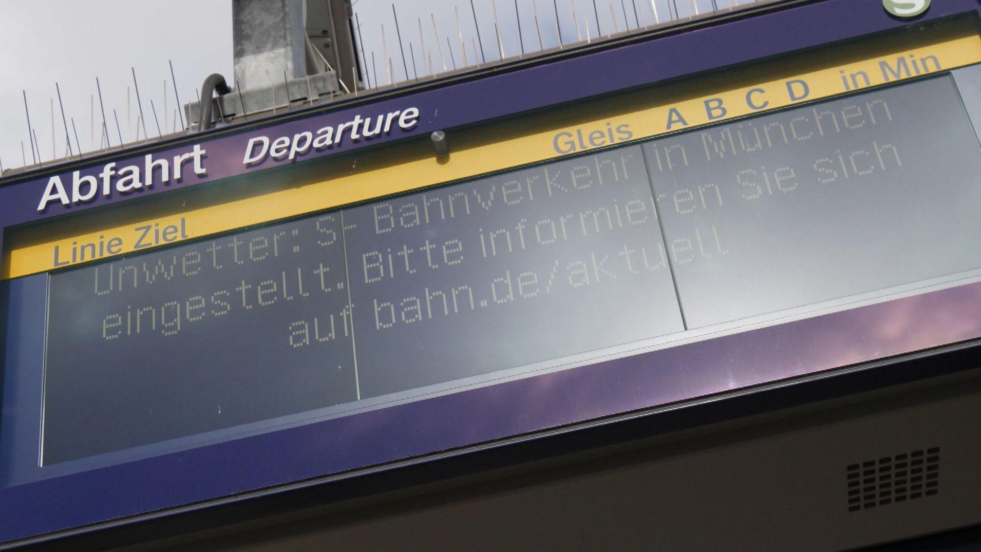 """Hinweisschild """"S-Bahnverkehr in München eingestellt"""""""