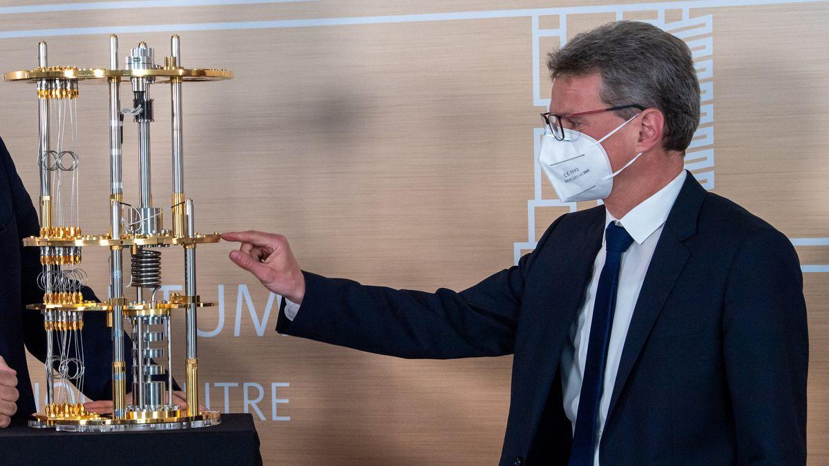 Wissenschaftsminister Bernd Silber Mitte März in Garching
