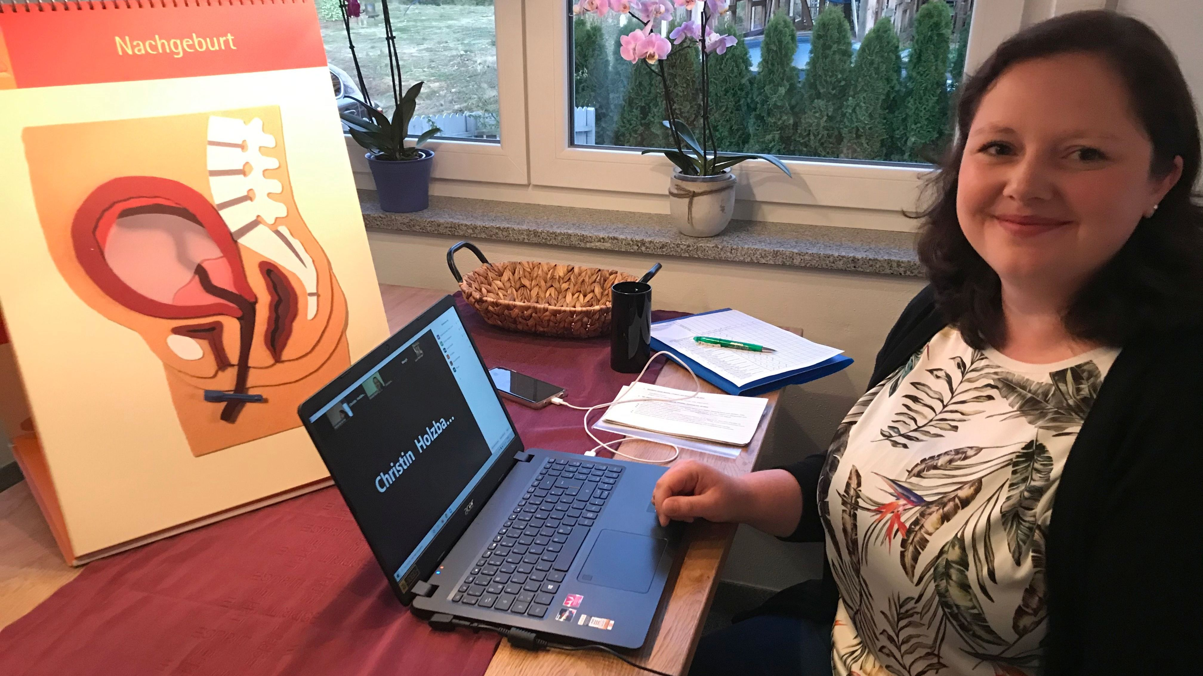 Katharina Kemter, Hebamme aus Passau, berät die werdenden Mütter nun online