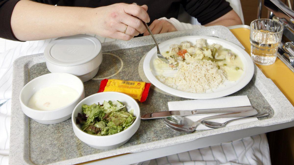 Patientin beim Essen im Krankenhaus-Bett