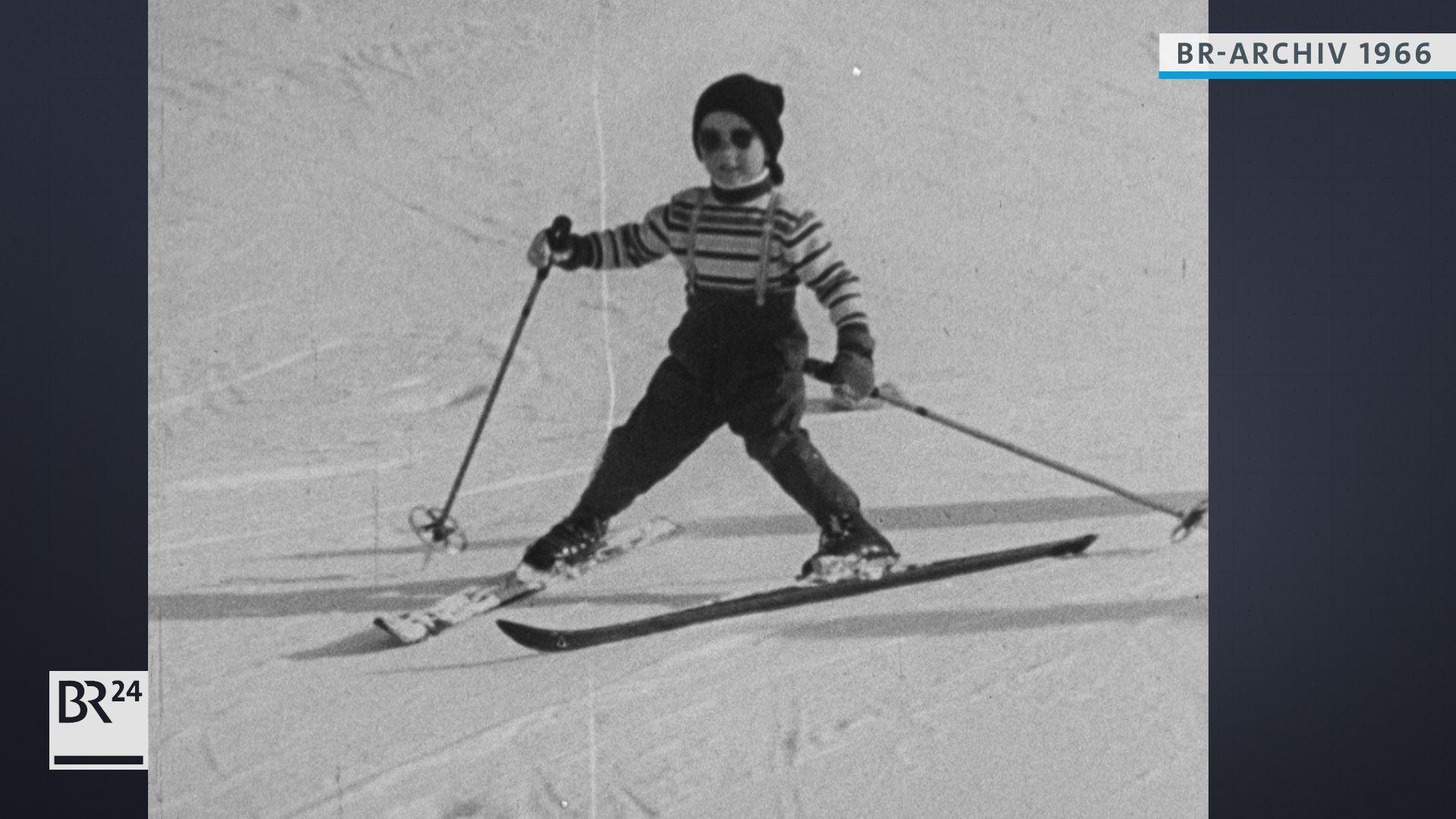 Kleiner Junge auf Skiern
