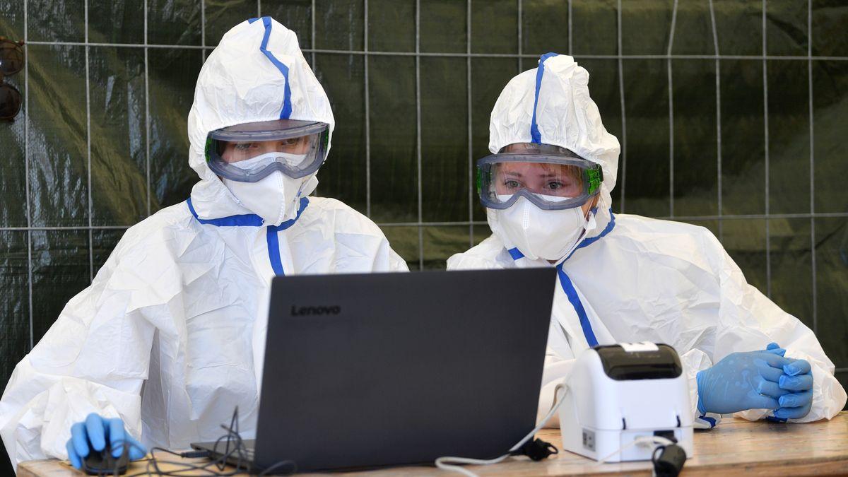 Corona-Test für einen Mitarbeiter im Schlachthof von Tönnies.