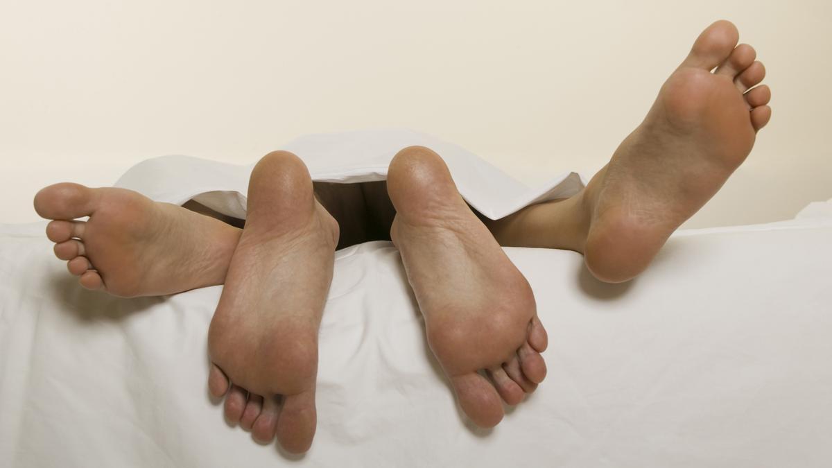 Ein Paar vergnügt sich im Bett.