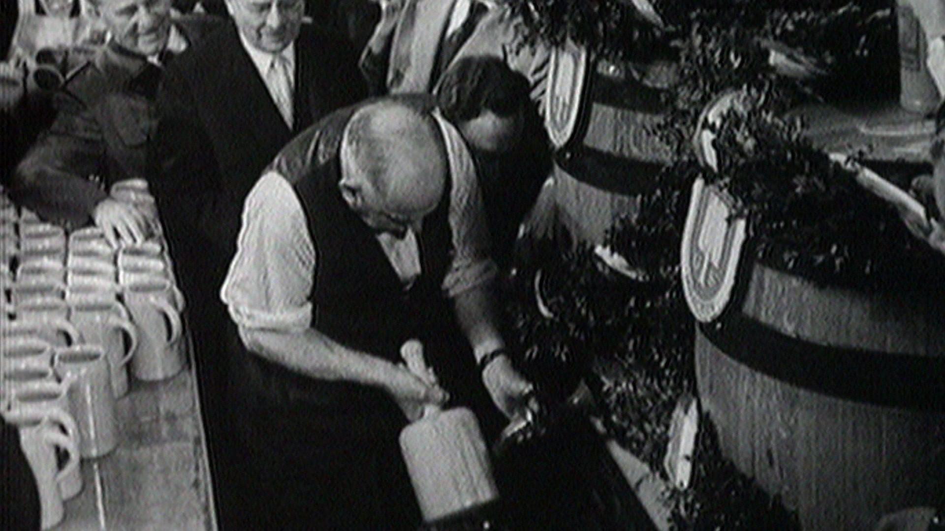 """1950 hat der Münchner Oberbürgermeister Thomas Wimmer die Tradition des """"Ozapfns"""" auf der Wiesn begründet."""