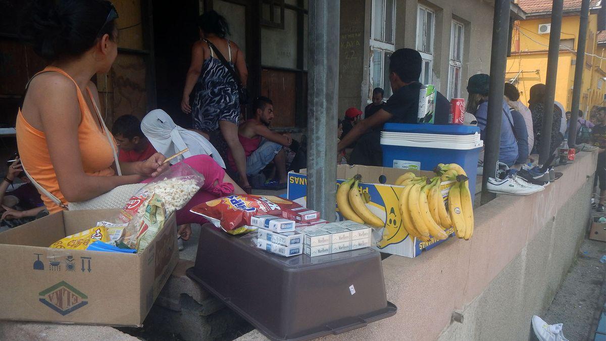 Straßenverkauf von Lebensmitteln am Bahnhof Gevgelija, (22. 07.2015)