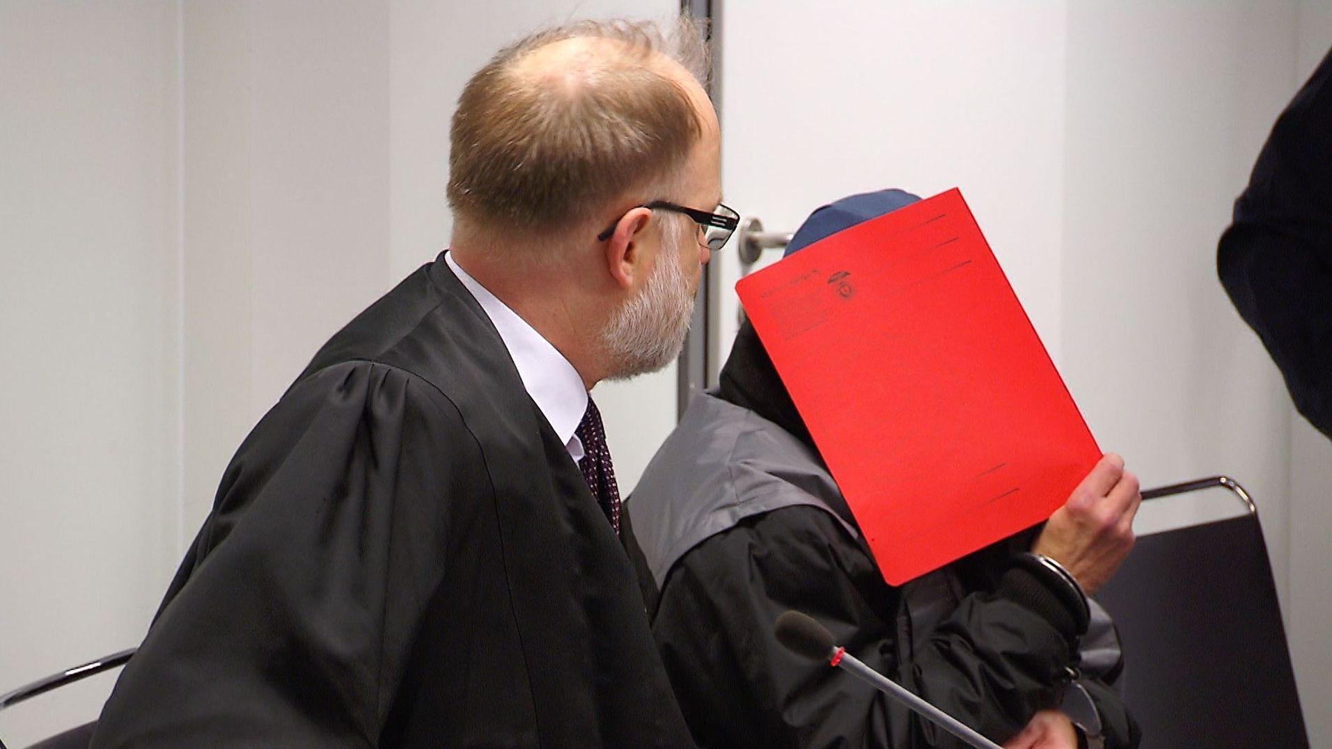 Der Angeklagte am ersten Prozesstag des Aschaffenburger Mordprozesses