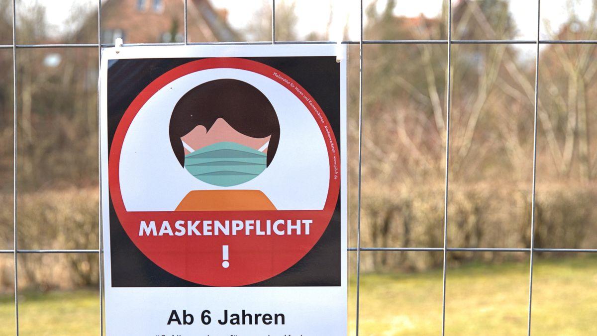 Ein Schild weist auf die Maskenpflicht für Kinder auf einem Spielplatz hin. (Symbolbild)