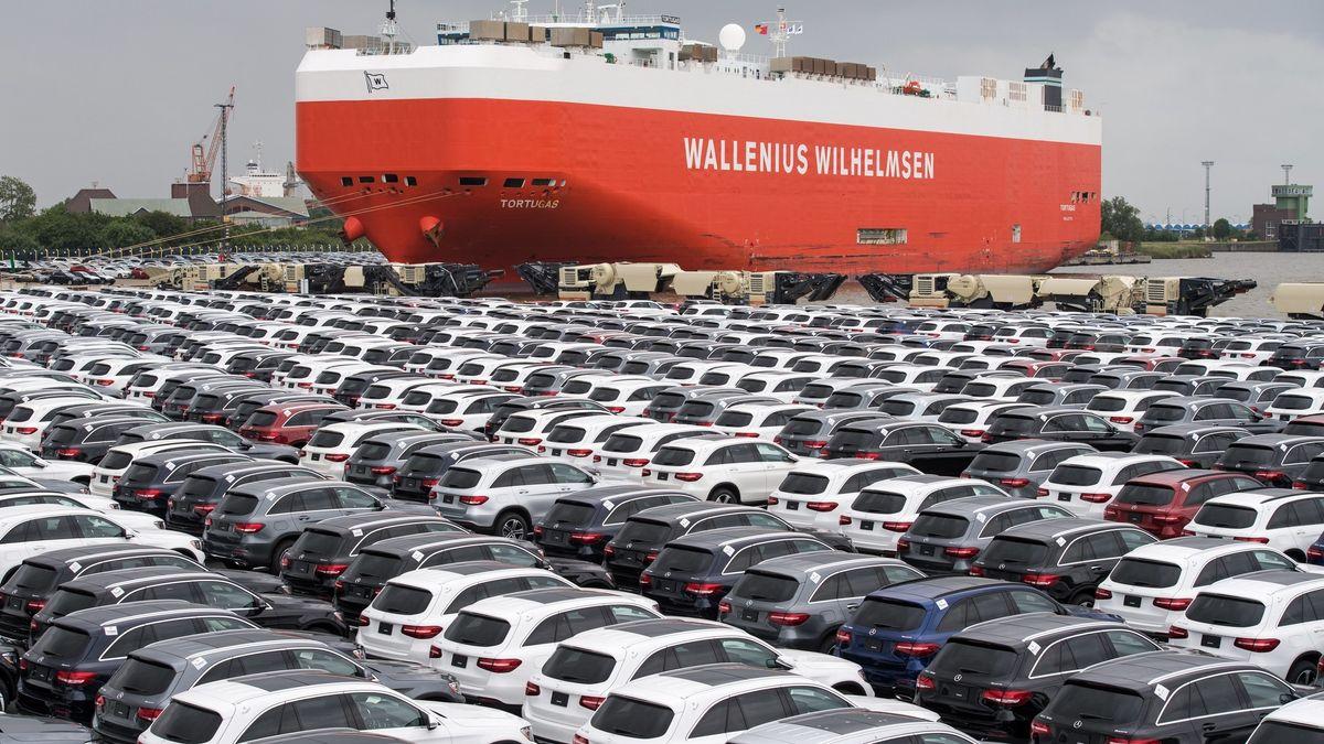 Containerschiff und PKWs auf Halde