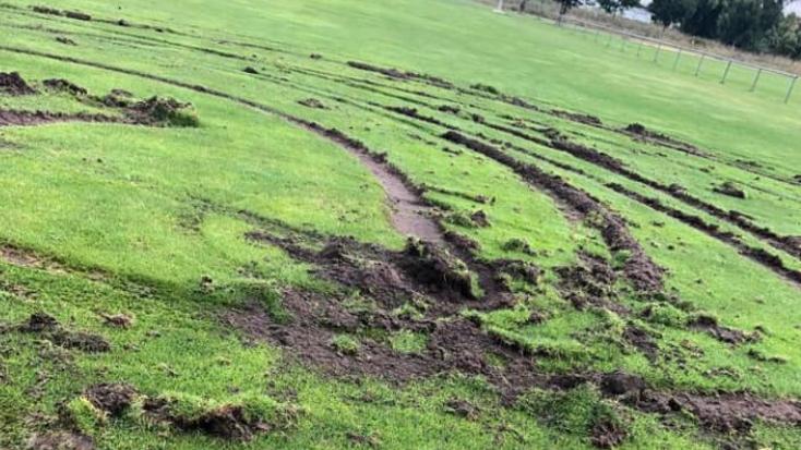 Tiefe Reifenspuren im Rasen des Sommeracher Fußballplatzes