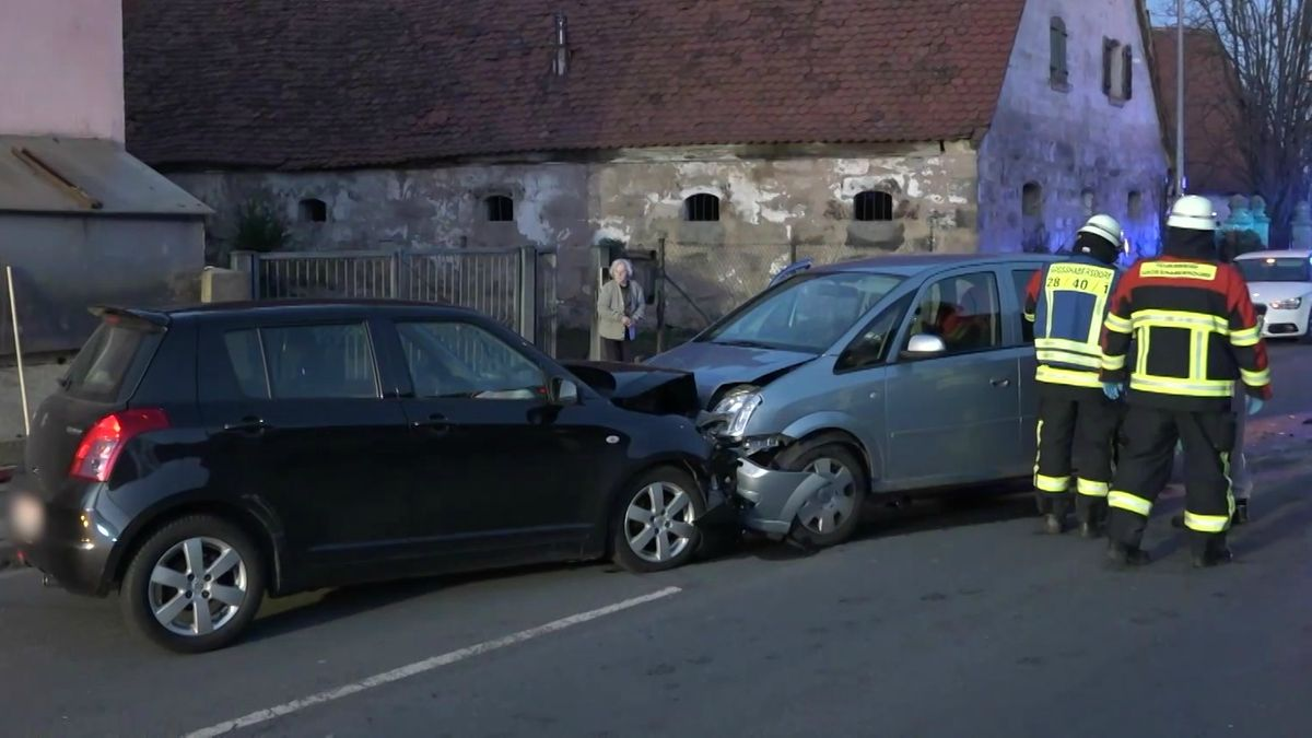 Drei Menschen sind bei einem Verkehrsunfall in Vincenzenbronn (Lkr. Fürth) leicht verletzt worden. Ein 74-jähriger Autofahrer war in den Gegenverkehr geraten.