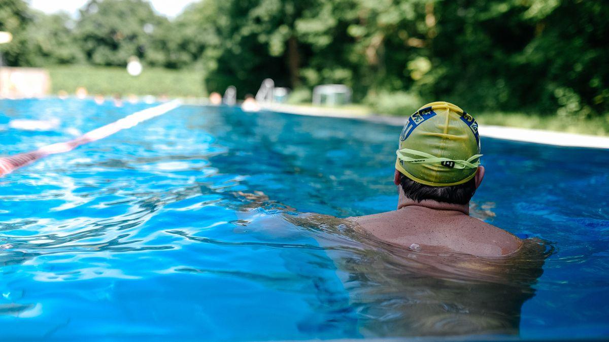Schwimmer in einem Freibad
