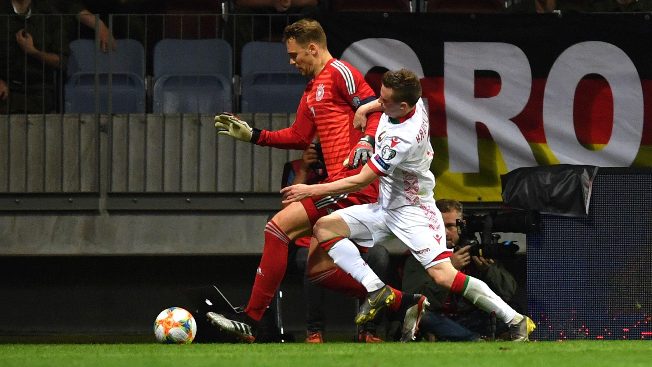Manuel Neuer beim Dribbling gegen Juri Kowalew