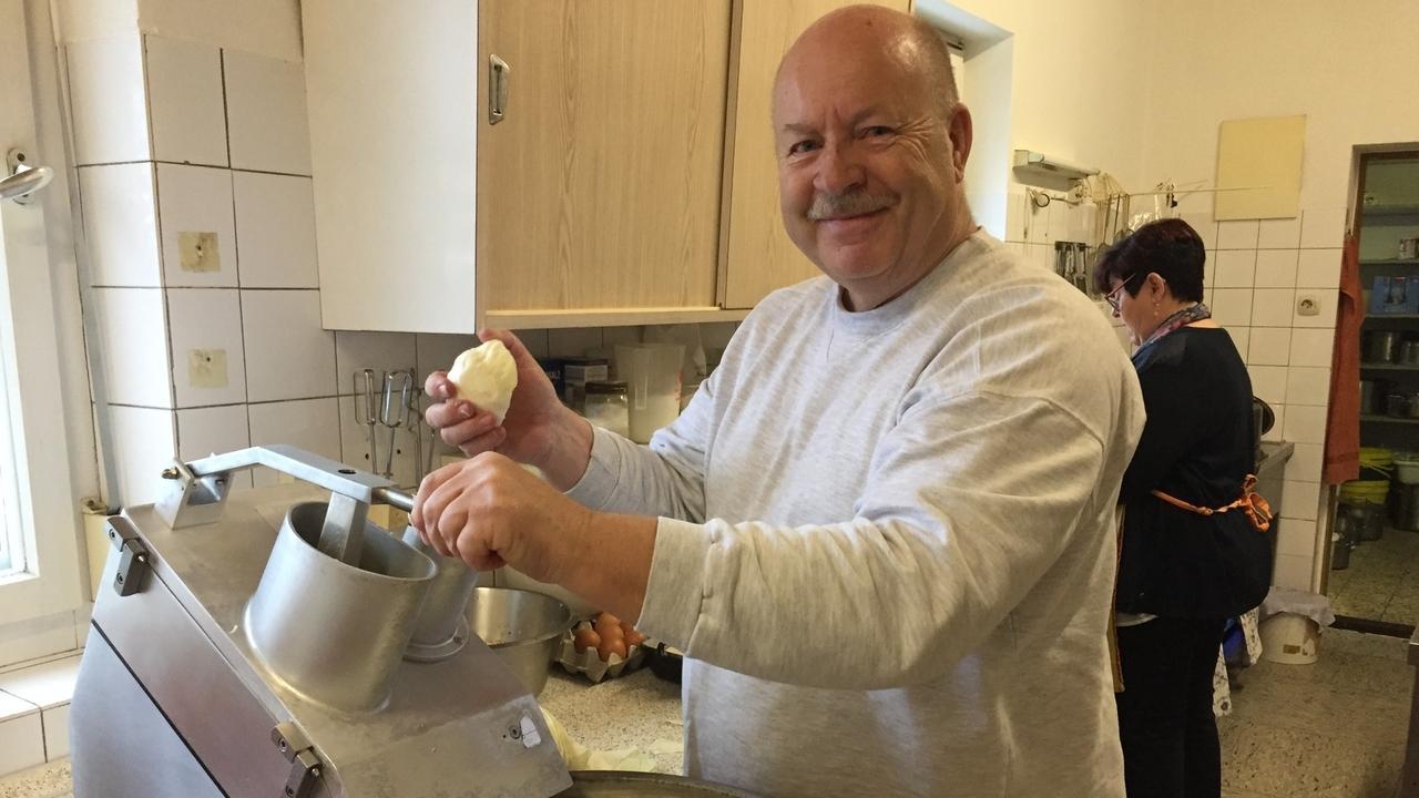 """Ein letztes Mal kocht Josef Haller senior in seinem """"Gasthof zum Rechen"""". Ab jetzt gibt es dort nichts mehr zu essen - wegen Personalmangels."""